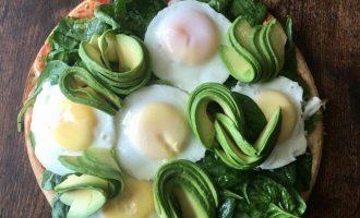 avocado and egg pizza